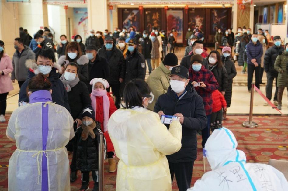 En Shijiazhuang, capital de la provincia de Hebei, China, se realizan pruebas de detección de Covid-19 ante nuevos brotes de la enfermedad. Foto Ap