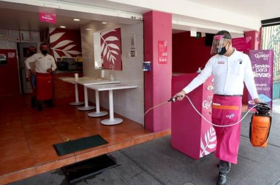 Restaurantes se prepararon los días anteriores para la reapertura hoy de sus instalaciones, siempre y cuando cumplan con las medidas sanitarias acordadas. Foto María Luisa Severiano