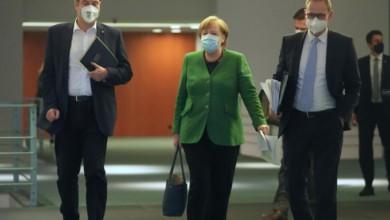 La canciller alemana Angela Merkel, el gobernador de Berlín Michael Muller y el primer ministgro de Bavaria Markus Soder, hoy en Berlín. Foto Pool vía Ap