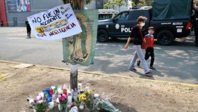 Una ofrenda floral en memoria de las víctimas, tras el colapso de la estructura del Metro de la Línea 12 ocurrido entre las estaciones Olivos y Tezonco, fue colocada por vecinos de la alcaldía Tláhuac, en la Ciudad de México, el 5 de mayo de 2021. Foto Luis Castillo